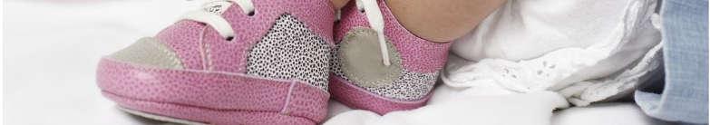 petite paire de chaussures aux pieds de bébé